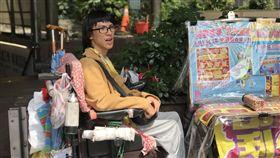 重度腦性麻痺青年賣彩券(記者郭奕均攝影)