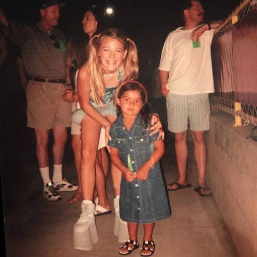 布蕾克萊芙莉21年前與別人粉絲合照。(圖/翻攝自布蕾克萊芙莉IG)