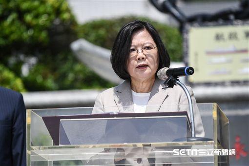 總統蔡英文出席海軍司令部「永固海疆紀念碑」揭牌儀式,並頒發加菜金。 (圖/記者林敬旻攝)
