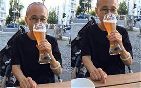 劉霞近照曝!德街頭喝啤酒嚐自由滋味 (圖/翻攝自臉書)