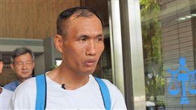 殺人案再審 林金貴獲判無罪男子林金貴被控槍殺計程車司機後被判無期徒刑入監9年餘,經台灣冤獄平反協會提起再審獲准,106年4月獲釋,全案高雄高分院7日宣判無罪。圖為林金貴聆判後步出法庭。中央社記者程啟峰高雄攝 107年8月7日