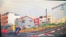 台南,平交道,婦人,重機,自摔(圖/翻攝自《臺南市政府警察局第一分局治安、交通宣導團》臉書)