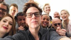 導演詹姆斯岡恩(中)與《星際異攻隊》眾演員們自拍相處融洽。(圖/翻攝自詹姆斯岡恩臉書)