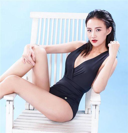何妤玟瘦身成功後,自豪穿什麼性感造型都不怕了。(圖/翻攝自臉書)