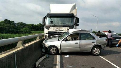 超車,車禍,貨櫃車,嘉義(翻攝畫面)