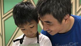 學童親手作蛋糕送老爸 提前慶祝父親節(2)新竹縣竹東鎮公所主辦的「哈客烘焙夏令營」,2日由老師帶領多位小學生,手作美味小蛋糕,並邀爸爸一起參加,提前慶祝父親節。中央社記者魯鋼駿攝 107年8月2日
