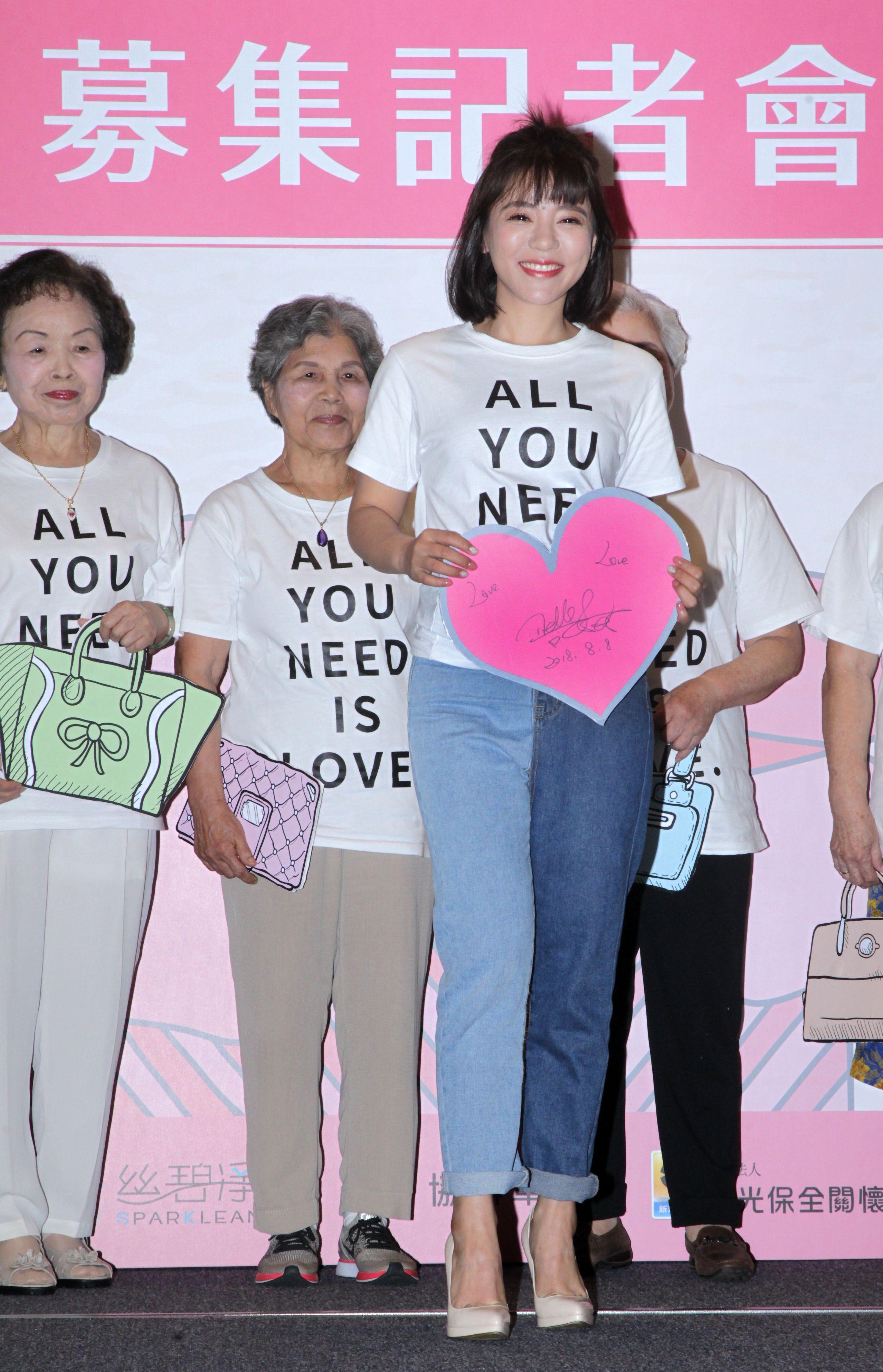 丁噹攜手銀髮族為愛募集二手衣包一起做公益。(記者邱榮吉/攝影)