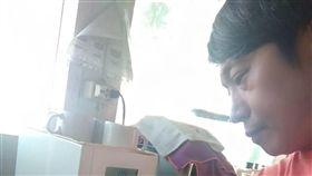 龍目島強震  熱心台商留災區助災民印尼龍目島遭遇規模7強震,附近吉利群島也傳出災情。當地經營觀光業的台商Richard堅留災區助災民,奔波馳援。(Richard提供)中央社記者周永捷雅加達傳真  107年8月8日