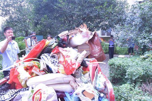 中國大陸成都一名獨居女屋內堆滿垃圾(圖/翻攝自成都商報)