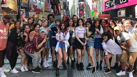(G)I-DLE遠赴紐約時代廣場成功快閃表演情形。(圖/翻攝自推特)