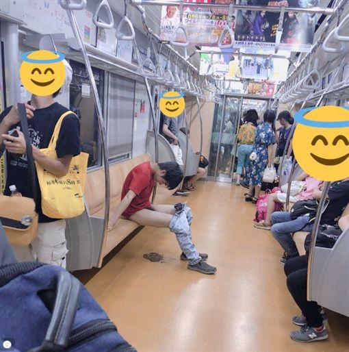 男子在電車上大便被網友拍下(圖/翻攝自推特)https://twitter.com/DECADE10KENN/status/1026908807132135424
