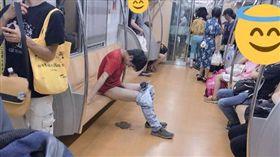 男子在電車上大便被網友拍下(圖/翻攝自推特) https://twitter.com/DECADE10KENN/status/1026908807132135424