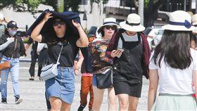 全台持續高溫炎熱(2)中央氣象局表示,7日各地天氣晴朗,部分地區可能出現攝氏36度以上高溫,午後各地都可能有局部短暫雷陣雨。台北市上午豔陽高照,不少民眾戴帽、用衣物遮擋陽光。中央社記者謝佳璋攝 107年8月7日