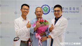 王姓病患感謝亞大醫院心臟外科主任劉殷佐(右)與心臟檢查室主任張育晟(左)極力搶救撿回一命。(圖/亞大醫院提供)