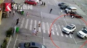大陸湖北高速公路服務區發生一起意外事件,一名女童日前蹲在一輛車前綁鞋帶,不料汽車駕駛沒看到,直接碾壓過去,所幸女童送醫搶救後脫離險境。對此,駕駛則表示,他上車前已經檢查過周圍了。(圖/翻攝自看看新聞)