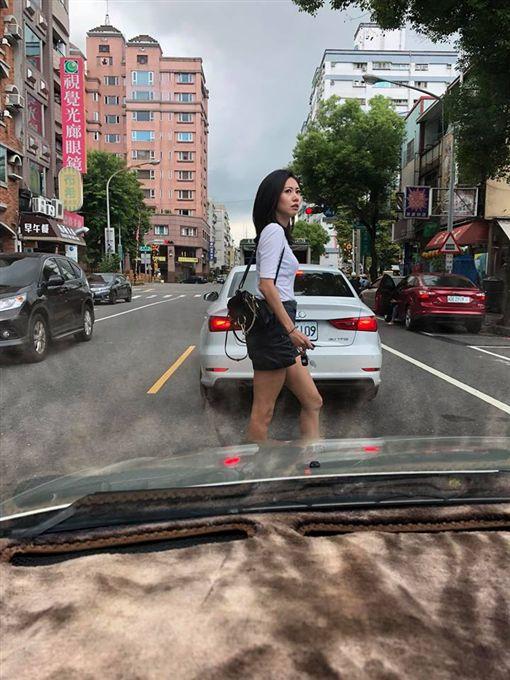 正妹違規過馬路,駕駛看到直呼「太危險!」(圖/翻攝爆廢公社)