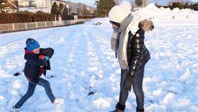 兒童 小孩 母親 玩耍 雪 示意圖 取自仙女懶媽愛轟趴