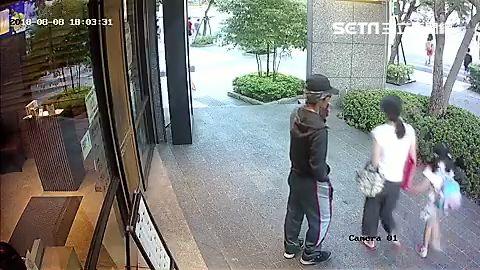 周男強擄路過女童,母親嚇得放聲大叫,所幸路人出面解圍(翻攝畫面) ID-1490687