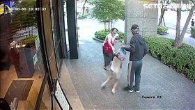 周男強擄路過女童,母親嚇得放聲大叫,所幸路人出面解圍(翻攝畫面)