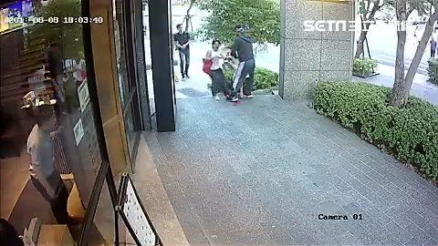 周男強擄路過女童,母親嚇得放聲大叫,所幸路人出面解圍(翻攝畫面) ID-1490690