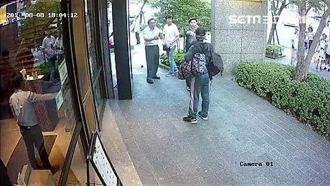 周男強擄路過女童,母親嚇得放聲大叫,所幸路人出面解圍(翻攝畫面) ID-1490691