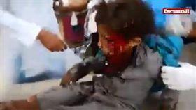 鬧市遭空襲 炸彈直擊載滿兒童公車 葉門,內戰,聯軍,叛軍,空襲 翻攝自推特