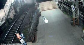 ▲平徒直接迎向火車遭撞死。(圖/翻攝自Mumbai Mirror)