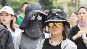 台北高溫悶熱中央氣象局預報員李孟軒2日表示,各地沒下雨時仍是高溫悶熱,預測高溫普遍可達攝氏33至35度,提醒民眾做好防曬。台北信義區街頭民眾戴起太陽眼鏡遮陽。中央社記者施宗暉攝 107年8月2日