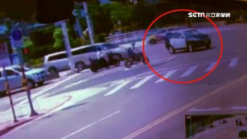 內線違規右轉撞倒機車 警車險輾過騎士