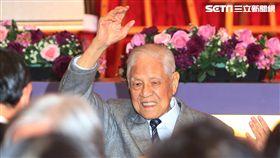 李登輝舉手支持柯文哲前總統李登輝2日在台北出席「台灣教授協會募款餐會」,當司儀問全場現在支不支持台北市長柯文哲時,李登輝舉手表示支持。中央社記者鄭傑文攝 106年12月2日