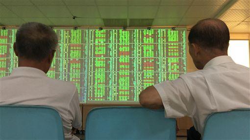 台股開低走低(2)台北股市2日開低走低,收盤跌168.36點,為10929.77點,跌幅1.52%,成交金額新台幣1403.89億元。中央社記者董俊志攝  107年8月2日