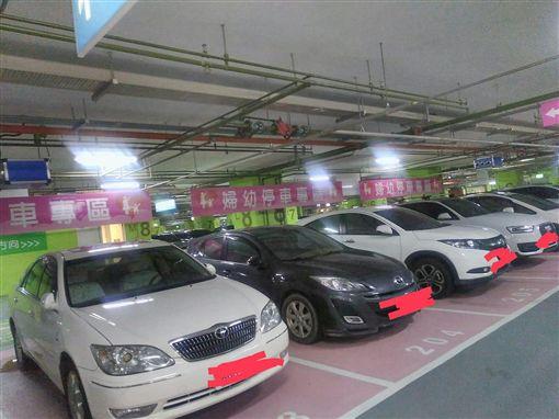 7格婦幼車位被停滿 僅1台車有證!她怨:申請的是白癡嗎圖/翻攝自爆怨公社臉書