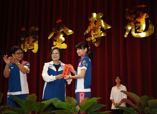 總統蔡英文頒發加菜金,戴資穎代表接受。(圖/教育部體育暑提供)