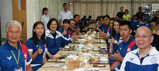 總統蔡英文與代表團在國訓中心共進午餐。(圖/教育部體育暑提供)