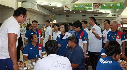 總統蔡英文與代表團選手話家常。(圖/教育部體育暑提供)