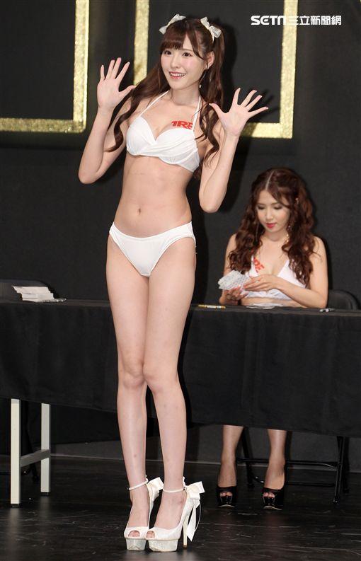日本AV女優橋本有菜拿下「新科AV奧斯卡影后」。(記者邱榮吉/攝影)