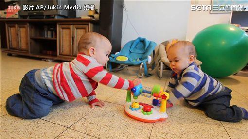 雙胞胎想辦法讓玩具繼續唱歌。