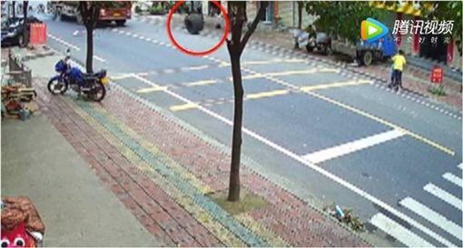 飛來橫禍!砂石車輪胎掉落 7月大男嬰慘遭撞飛身亡 圖/翻攝自十堰晚報