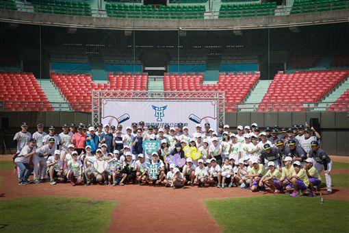 ▲台北市興富發棒球隊與台北市私立聖道兒童之家的小朋友,一同度過開心的棒球體驗活動。(圖/台北市體育局提供)