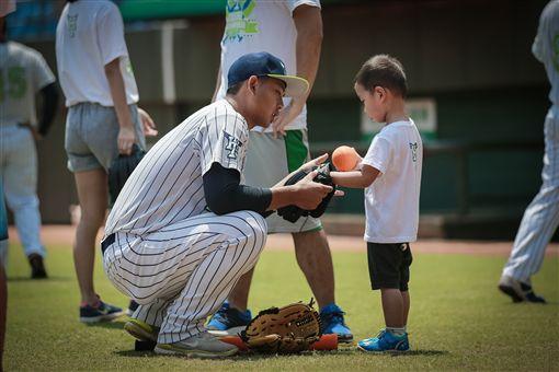 ▲台北興富發棒球隊球員認真指導小朋友。(圖/台北市體育局提供)