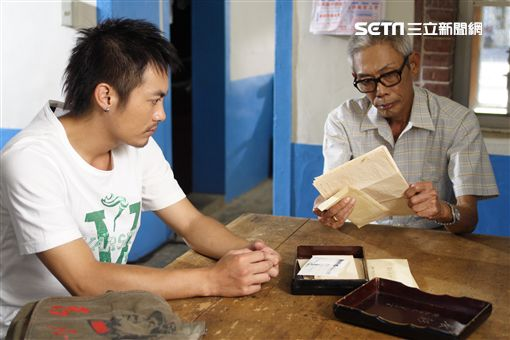 《海角七號》電影劇照,茂伯,范逸臣,應蔚民/果子電影提供