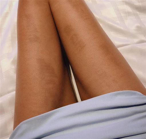 辣妹穿牛仔褲環島雙腿被曬黑(圖/翻攝自爆怨公社)