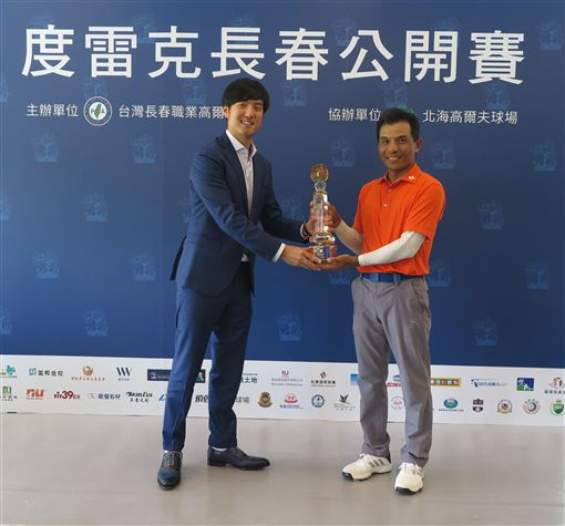 翁永田(右)經5度延長驟死戰後贏得冠軍。(圖/TSPGA提供)