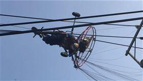 台中飛行傘玩家卡電線桿待救援(圖/翻攝畫面)
