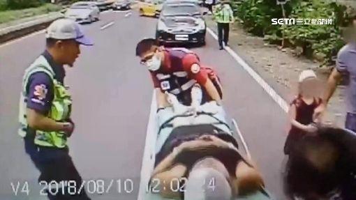 小黃載法國遊客 追撞送考卷廂型車