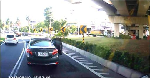 女乘客負氣下車結局「神展開」 網笑:還真的開走啊! 圖/翻攝爆廢公社