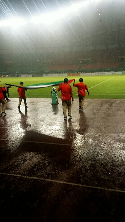 ▲亞運足球賽在大雨中開踢。(圖/中華足協提供)