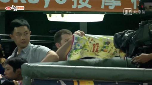 ▲Zeke Spruill用毛巾遮擋攝影機。(圖/取自網路)