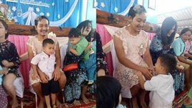 學校母親節活動「單親爸穿洋裝」!忘刮鬍孩子笑了 網友卻哭了 Kornpat Ae Sukhom臉書