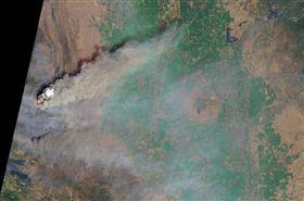 今年盛夏時節加州野火肆虐,由美國衛星「測地8號」的實用陸地成像儀自外太空所拍攝的照片顯示,加州大火捲起的煙塵如火山爆發,遮蔽了大氣層的最底層。(圖/翻攝自NASA網站 www.nasa.gov)